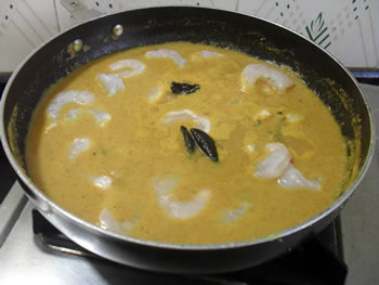 Adding prawns in a gravy