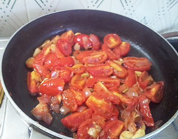 Tomatoes and onions are frying