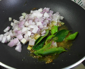 Adding onions to phodni