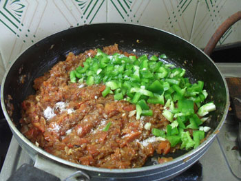 adding capsicum to pavbhaji step 5